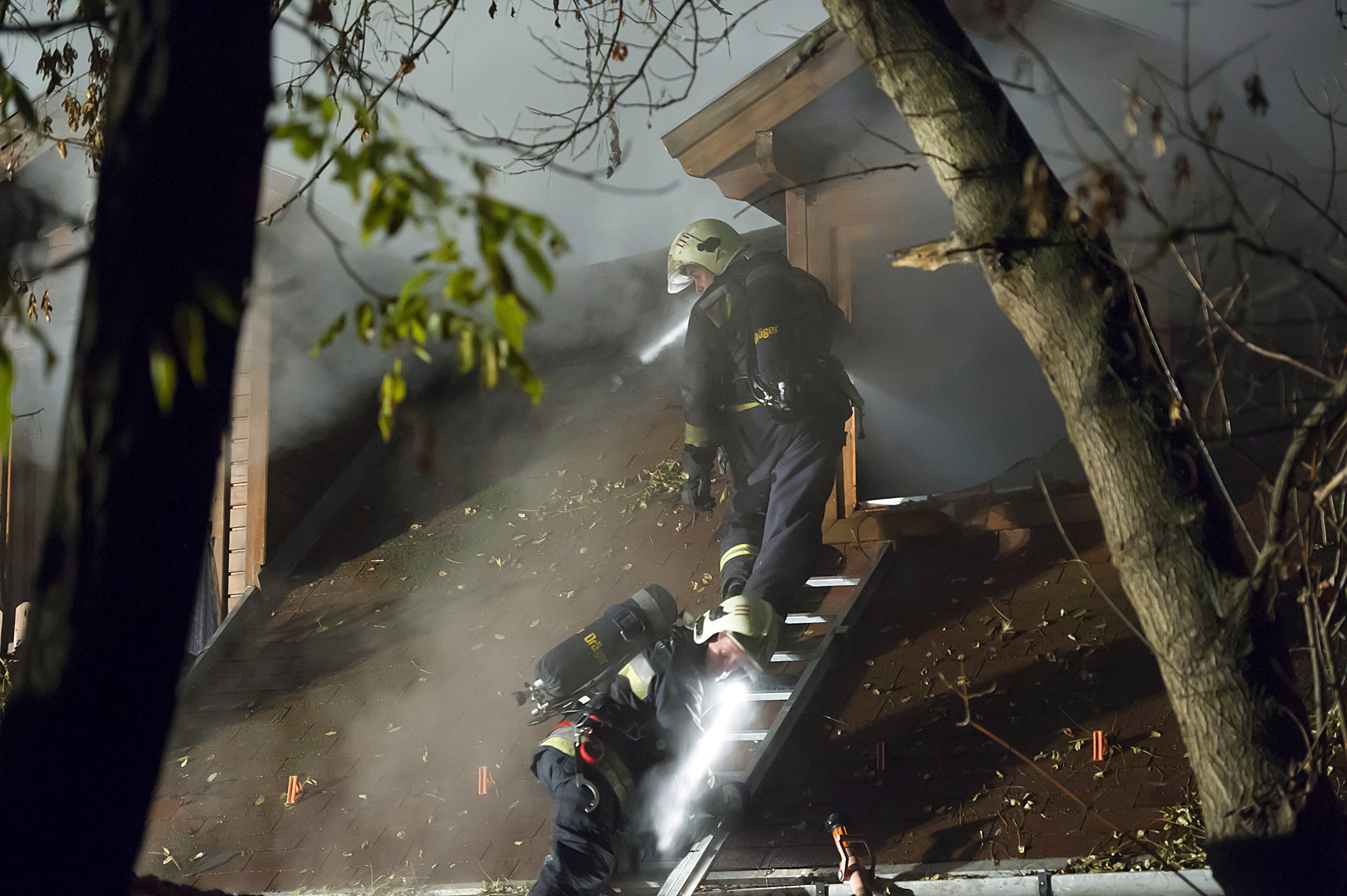 Pócsmegyer, 2015. november 9. Tûzoltók Pócsmegyeren, ahol kigyulladt egy lakóépülettel egybeépített lovarda 2015. november 8-án. A tûzesetben senki nem sérült meg. MTI Fotó: Lakatos Péter